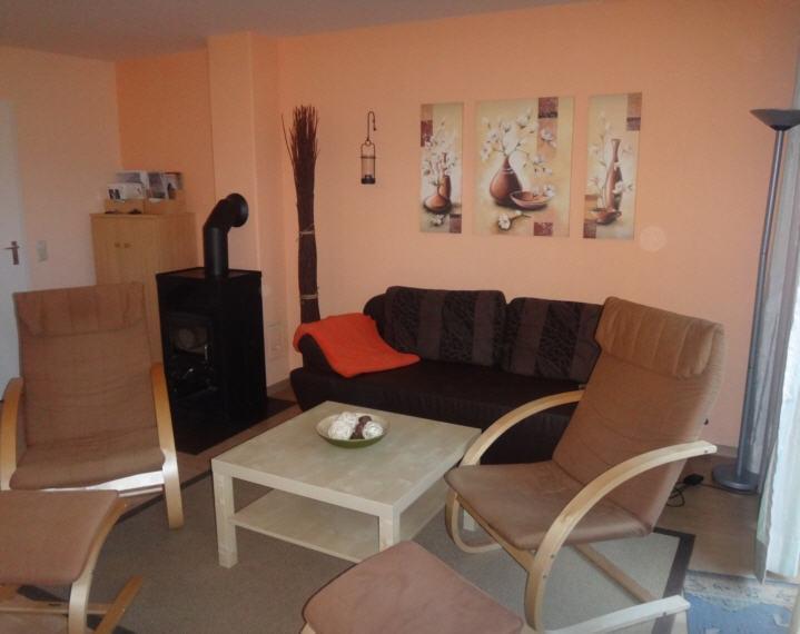 Wohnzimmer mit Kamin und Lesesessel