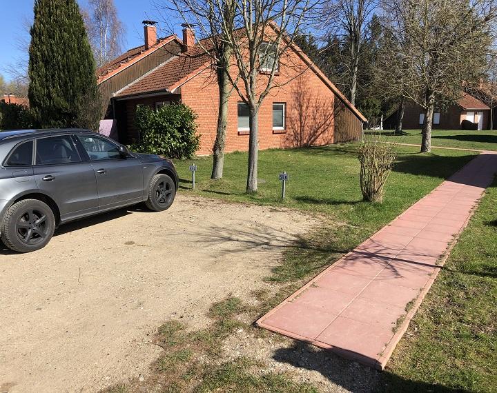 Der Parkplatz zum Haus mit neuem Weg zum Eingang (2019)